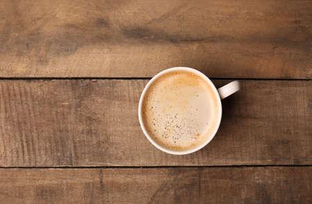 tazas de cafe: Taza de café en la mesa de madera, vista desde arriba Foto de archivo