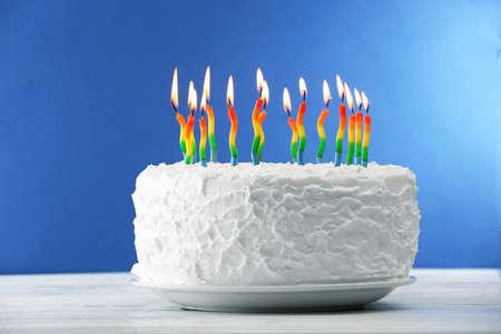 pastel cumpleaños: Torta de cumpleaños con velas en el fondo de color Foto de archivo