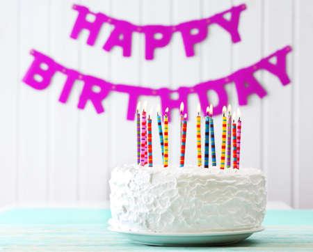 velitas de cumpleaños: Torta de cumpleaños con velas en el fondo colorido