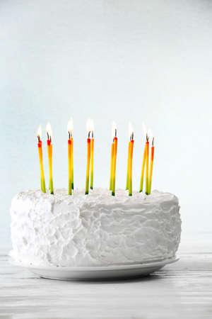 pastel cumpleaños: Torta de cumpleaños con velas de luz de fondo Foto de archivo