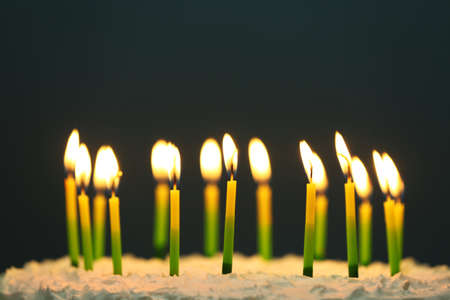 Gâteau d'anniversaire avec des bougies sur fond sombre