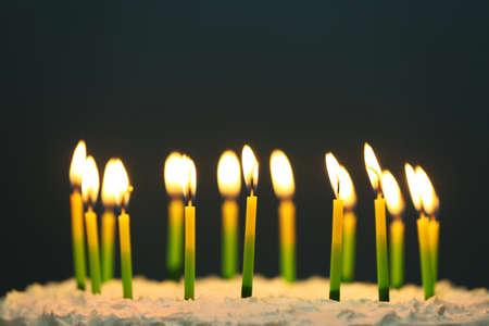 torta de cumpleaños: Torta de cumpleaños con velas en el fondo oscuro Foto de archivo