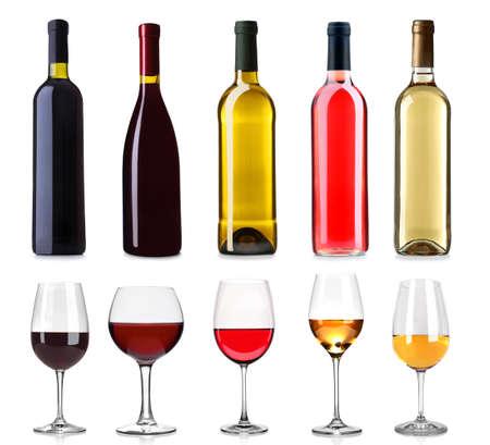 bebiendo vino: Conjunto de blanco, rosa, rojo y botellas de vino y vasos, aislado en blanco Foto de archivo