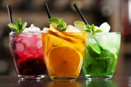 cocteles de frutas: Gafas de cócteles en la barra de fondo