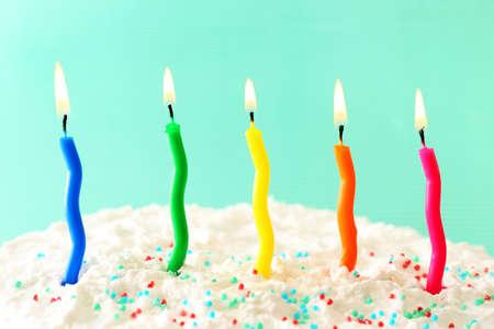 torta de cumpleaños: Torta de cumpleaños con velas en el fondo de color Foto de archivo