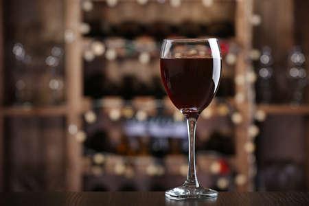 vino: Vaso de vino tinto en la barra de fondo