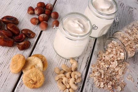 frutos secos: Desayuno saludable con frutas secas y nueces sobre fondo de madera de color