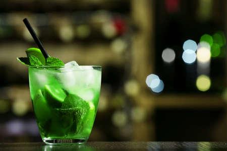 cubetti di ghiaccio: Bicchiere di cocktail sulla barra sfondo Archivio Fotografico