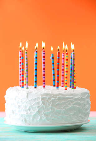 pastel de cumpleaños: Torta de cumpleaños con velas en el fondo de color Foto de archivo