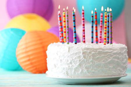 compleanno: Torta di compleanno con le candele su sfondo colorato Archivio Fotografico
