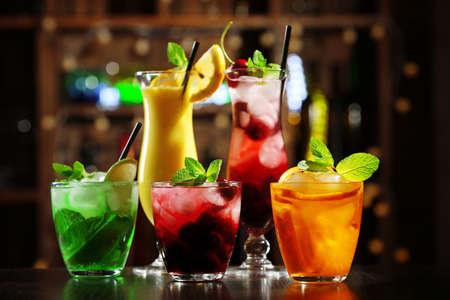 cocteles de frutas: Gafas de c�cteles en la barra de fondo