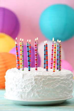 pastel de cumpleaños: Torta de cumpleaños con velas en el fondo colorido