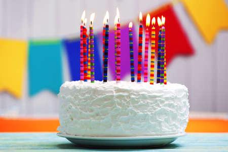 pastel de cumplea�os: Torta de cumplea�os con velas en el fondo colorido