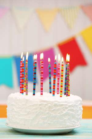 torta candeline: Torta di compleanno con le candele su sfondo colorato Archivio Fotografico