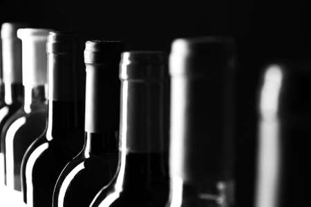 Gekoelde wijn flessen in een rij, zwart en wit retro stilering Stockfoto