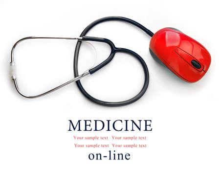 コンピューターのマウスを白で隔離聴診器。オンライン医療のコンセプト
