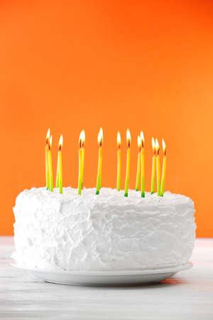 gateau anniversaire: Gâteau d'anniversaire avec des bougies sur fond de couleur