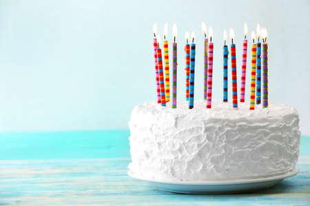 torta: Torta de cumpleaños con velas de luz de fondo Foto de archivo