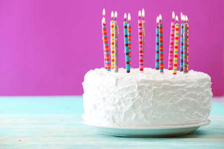 CAKE: Torta de cumpleaños con velas en el fondo de color Foto de archivo