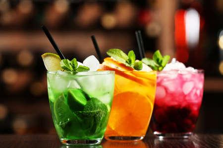 Bicchieri di cocktail sulla barra sfondo