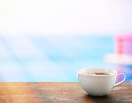 filiżanka kawy: Filiżanka kawy na stole na jasnym tle Zdjęcie Seryjne