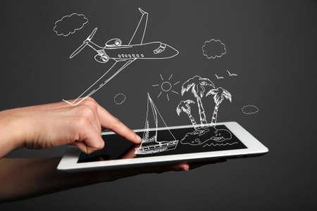 planificacion: Concepto de la planificación de vacaciones - Tablet PC con ilustraciones de vectores