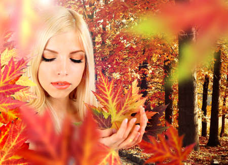 Autumnal woman fashion portrait with bright leaves Foto de archivo