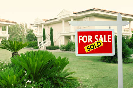 Real estate sign in front of new house for sale Banque d'images