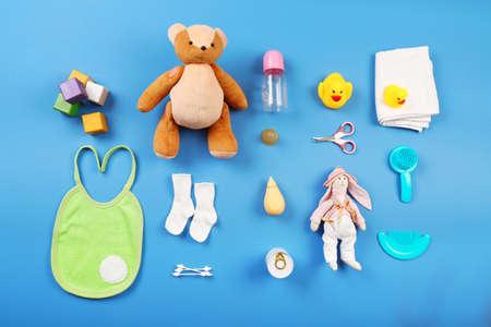 juguete: Colección del bebé sobre fondo azul, vista desde arriba
