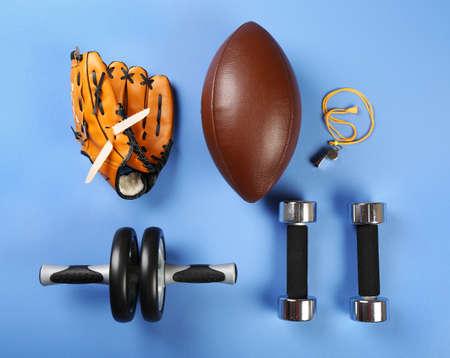 balones deportivos: equipamiento deportivo en la mesa de color, vista desde arriba Foto de archivo