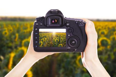 Fotograf s kamerou při práci Reklamní fotografie
