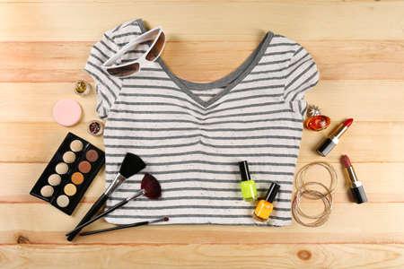 adolescente: Camisa Mujer y cosméticos en la mesa de madera, vista desde arriba Foto de archivo
