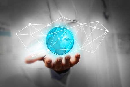 tecnologia: Medico di medicina lavorando con il computer moderno interface.Modern tecnologie mediche concetto