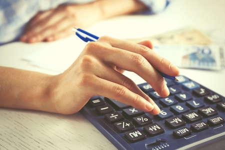 calculadora: Contabilidad concept.Analyzing informe de las finanzas con la calculadora