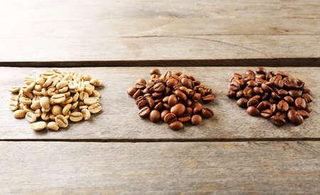 frijol: Los granos de caf� sobre fondo de madera Foto de archivo