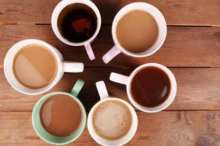 tazza di te: Tazze di cappuccino sul tavolo in legno, vista dall'alto
