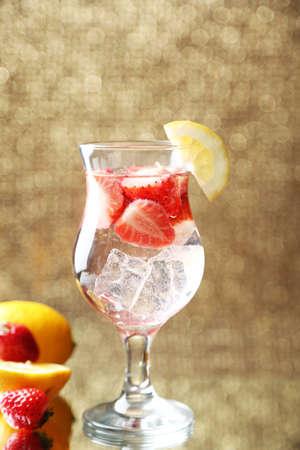 freshness: Copa de frescura limonada con fresas, en el fondo brillante