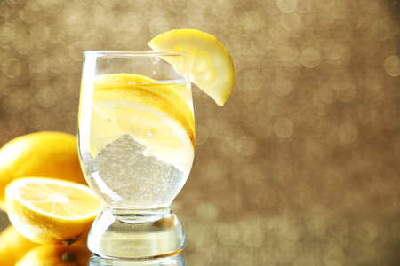 frescura: Copa de frescura limonada, en el fondo brillante