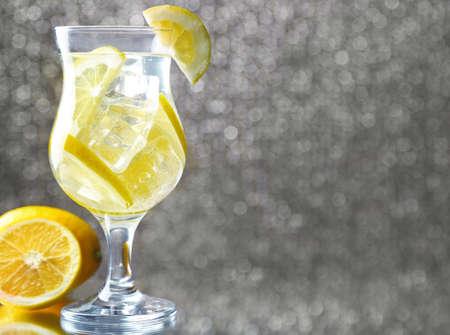 freshness: Copa de frescura limonada, en el fondo brillante