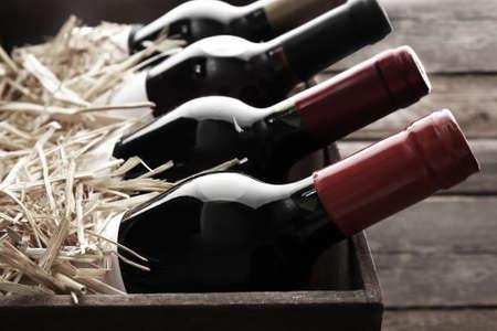 flessen wijn in houten kist, zwart en wit retro stilering