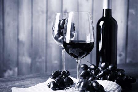 grapes: Aún vida hermosa con el vino y la uva, negro y blanco retro estilización Foto de archivo