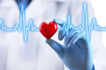 ataque al corazón: Doctor con el pequeño corazón en la mano