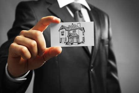 bienes raices: Empresario con la imagen casa, concepto de bienes raíces