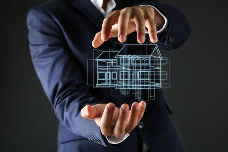 zakelijk: Onroerend goed aanbod. De zakenman houdt een kunstmatig model van het huis