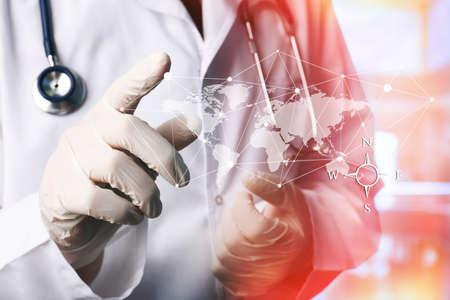 medicamento: Doctor en medicina trabaja con la computadora moderna interface.Modern tecnologías médicas concepto Foto de archivo
