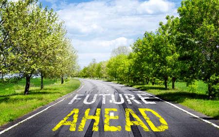 Zukunftskonzept. Text Zukunft voraus mit Pfeilmarkierung auf Straßenoberfläche Lizenzfreie Bilder