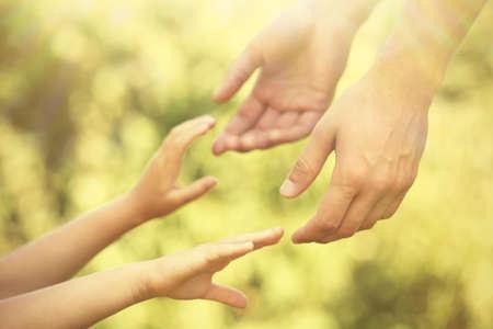 Padre e hija manos al aire libre Foto de archivo - 48742374
