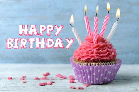 Kostliche Geburtstag Cupcake Auf Holzuntergrund Lizenzfreie Fotos