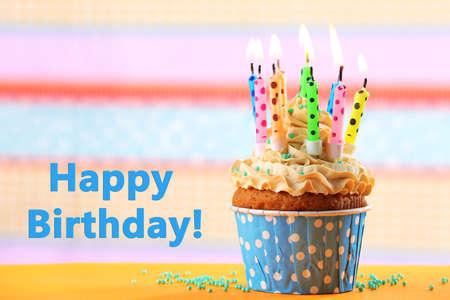 tortas de cumpleaños: Magdalena del cumpleaños con velas en el fondo de color