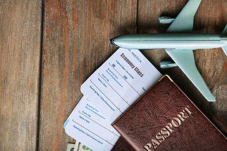 volar: Billetes de avión y documentos sobre la mesa de madera, vista desde arriba